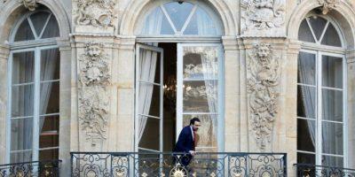 Sebastien Gros, director de gabinete del hasta hora primer ministro de Francia, Manuel Valls, se asoma a un balcón de su residencia oficial, el Hotel Matignon de París, el 6 de diciembre de 2016 Foto:Thomas Samson/afp.com