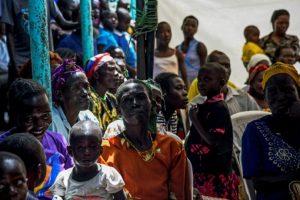Varias personas siguen por televisión el juicio contra el exniño soldado y jefe de guerra ugandés Dominic Ongwen ante la CPi el 6 de diciembre de 2016 en Lukodi Foto:Isaa Kasamani/afp.com