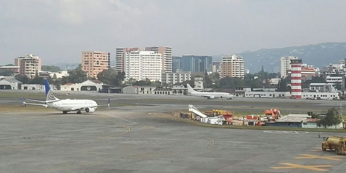 Avión aterriza de emergencia en Aeropuerto La Aurora, cierran pista por una hora para revisión