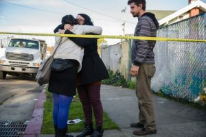 Varias personas lloran a las víctimas del incendio en Oakland, California, el 4 de diciembre de 2016 Foto:Nick Otto/afp.com