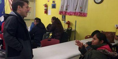Una inmigrante indocumentada habla con Gonzalo Mercado, el director del centro comunitario La Colmena, en Staten Island, Nueva York, el 5 de diciembre de 2016 Foto:Laura Bonilla Cal/afp.com