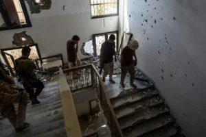 Unos combatientes leales al Gobierno de Unidad Nacional libio suben las escaleras de un edificio de Sirte liberado de los yihadistas del Estado Islámico el 28 de septiembre de 2016 Foto:Fabio Bucciarelli/afp.com