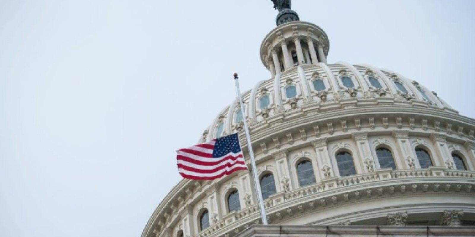 La bandera de EEUU ondea a media asta frente a la cúpula del Capitolio, sede del Congreso, este miércoles 7 de diciembre en Washington Foto:Nicholas Kamm/afp.com