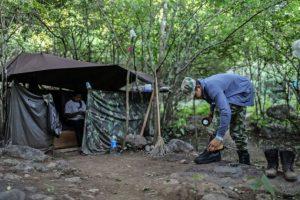 Un miembro de la guerrilla de las FARC limpia sus botas en un campo cerca de Conejo, en el departamento de Guajira, al norte de Colombia, el 6 de diciembre de 2016 Foto:Joaquín Sarmiento/afp.com