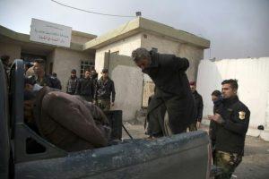 Soldados iraquíes suben a una camioneta a varios sospechosos de pertenecer al grupo Estado Islámico, para llevarlos a prisión tras comparecer ante un tribunal, el martes 6 de diciembre en la ciudad de Qayarah, al norte de Irak Foto:Gailan Haji/afp.com