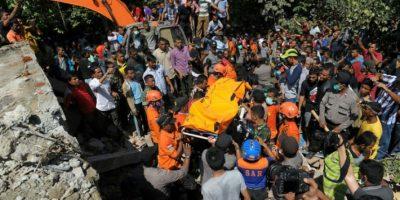 Los equipos de rescate recuperan el cuerpo de una víctima del terremoto de entre los escombros de una edificio derrumbado el 7 de diciembre de 2016 en Pidie, en la provincia indonesia de Aceh Foto:Chaideer Mahyuddin/afp.com
