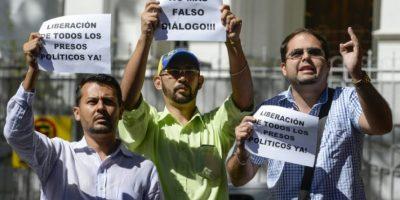 Unos activistas opositores reclaman al gobierno de Nicolás Maduro la liberación de los presos políticos el 6 de diciembre de 2016 frente a la Nunciatura de Caracas Foto:Federico Parra/afp.com