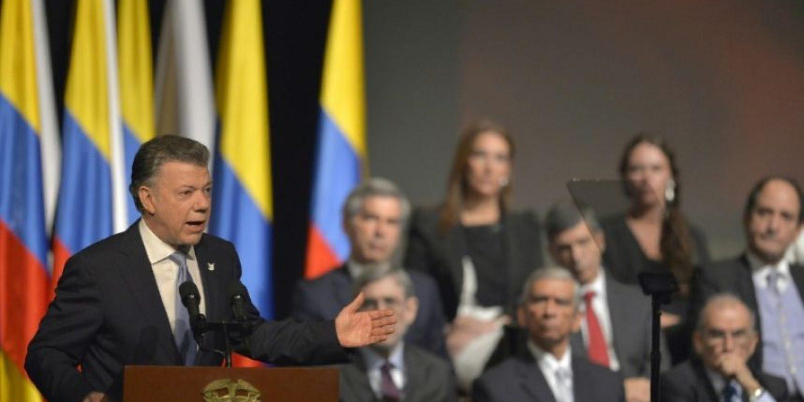 El presidente de Colombia, Juan Manuel Santos, da un discurso tras la firma del histórico acuerdo entre el gobierno y la guerrilla de las FARC, en el teatro Colón, en Bogotá, el 24 de noviembre de 2016 Foto:Luis Robayo/afp.com