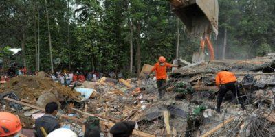Los equipos de rescate buscan a supervivientes del terremoto entre los escombros en Pidie Jaya, en la provincia indonesia de Aceh, el 7 de diciembre de 2016 Foto:Chaideer Mahyuddin/afp.com