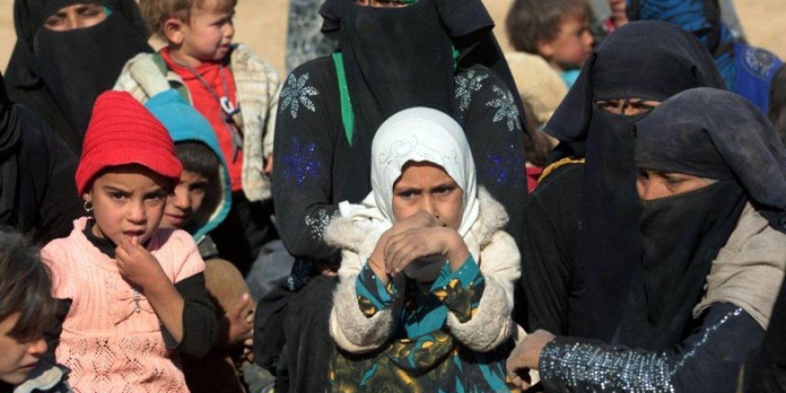 Mujeres y niños desplazados del pueblo de Tal Um Jadaan, al suroeste de Mosul, llegan a una zona próxima a Qayarah el pasado 26 de noviembre, como consecuencia de los combates entre yihadistas del EI y fuerzas gubernamentales Foto:Ahmad al Rubaye/afp.com