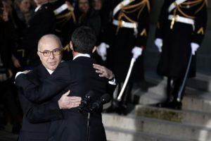 El nuevo primer ministro de Francia, Bernard Cazeneuve (i), abraza a su antecesor en el cargo, Manuel Valls, el 6 de diciembre de 2016 en el Hotel Matignon de París Foto:Thomas Samson/afp.com