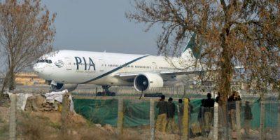 Varios policías paquistaníes observan un avión de Pakistan International Airline (PIA), el 8 de febrero de 2016 en Islamabad Foto:Farooq Naeem/afp.com