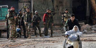 Un miembro de las fuerzas gubernamentales empuja la silla de ruedas de una mujer herida durante una evacuación de civiles tras tomar el control del barrio de Al Shaar, este miércoles 7 de diciembre al este de la ciudad siria de Alepo Foto:George Ourfalian/afp.com