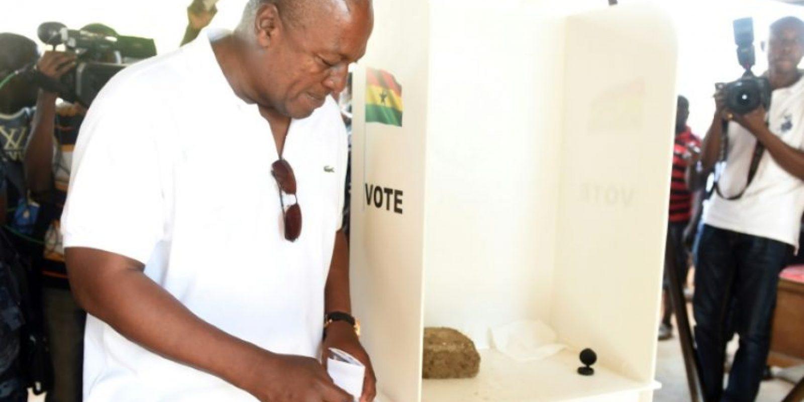 El presidente y candidato a la reelección, John Mahama, deposita su voto en una urna en el distrito de Bole, al norte de Ghana, el 7 de diciembre de 2016 Foto:Pius Utomi Ekpei/afp.com