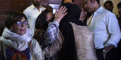 Una mujer abraza a un familiar de Junaid Hamshed, cantante de pop paquistaní convertido en predicador musulmán, el día de su muerte en el accidente de avión del 7 de diciembre de 2016, en su casa de Karachi Foto:Rizwan Tabassum/afp.com