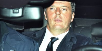 Matteo Renzi llega en su coche oficial al palacio del Quirinale, sede de la presidencia italiana, este miércoles 7 de diciembre en Roma Foto:Vincenzo Pinto/afp.com