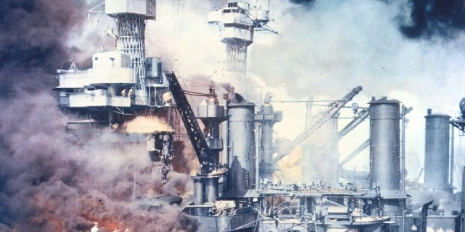 Un barco arde tras el ataque japonés a Pearl Harbor el 7 de diciembre de 1941, en una imagen de archivo de la Armada de EEUU Foto:-/afp.com