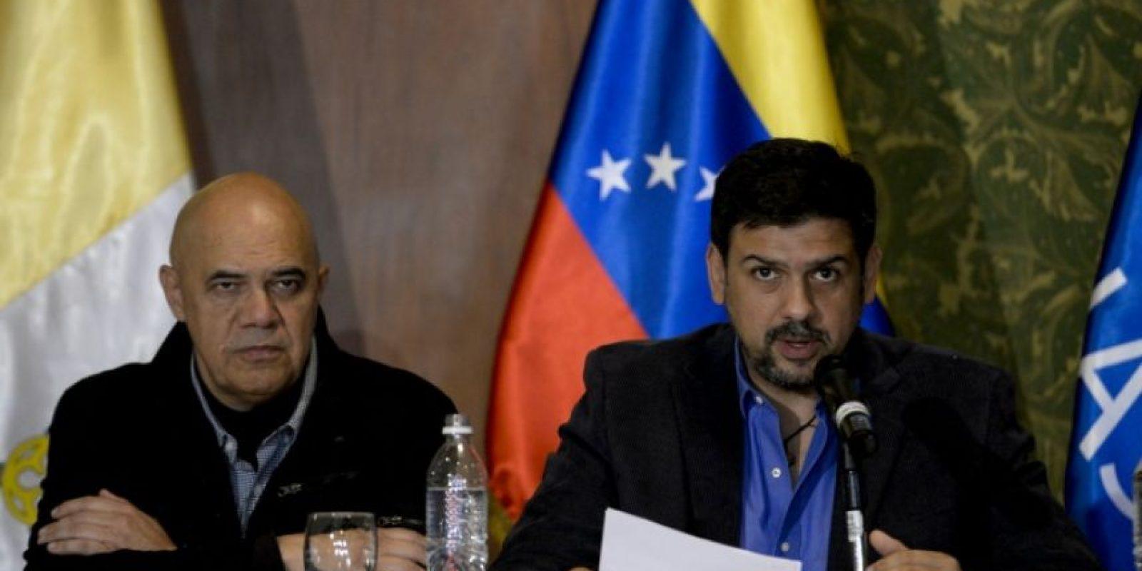 El negociador de la oposición Carlos Ocariz (D) junto al vocero de la Mesa de la Unidad Democrática Jesús Torrealba durante una conferencia de prensa el 12 de noviembre de 2016 en Caracas Foto:Federico Parra/afp.com