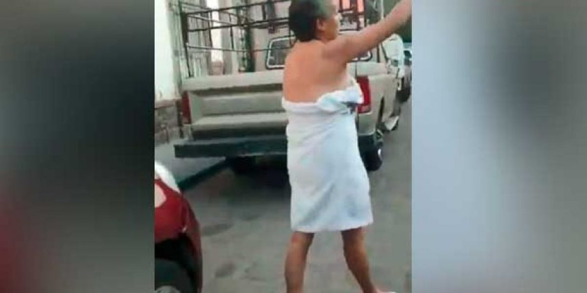 VIDEO. #LadyToalla: Funcionaria mexicana pelea semidesnuda con policías de tránsito