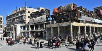 Habitantes de las zonas reconquistadas por el Ejército sirio en Alepo regresan a sus casas bajo la supervisión de militares, el 8 de diciembre de 2016 Foto:George Ourfalian/afp.com