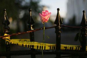 Una rosa atada a la valla de la iglesia metodista episcopal africana Madre Emanuel, después de la masacre, el 20 de junio del 2015, en Charleston, Estados Unidos Foto:Joe Raedle/afp.com