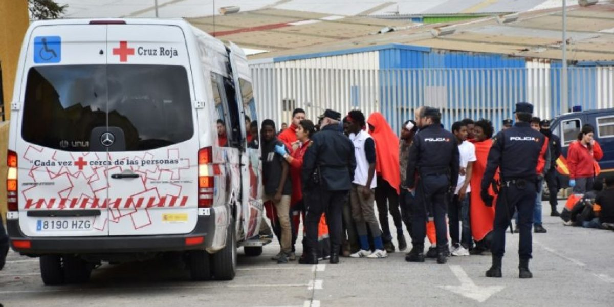 Más de 400 migrantes fuerzan la valla de Ceuta para entrar en España