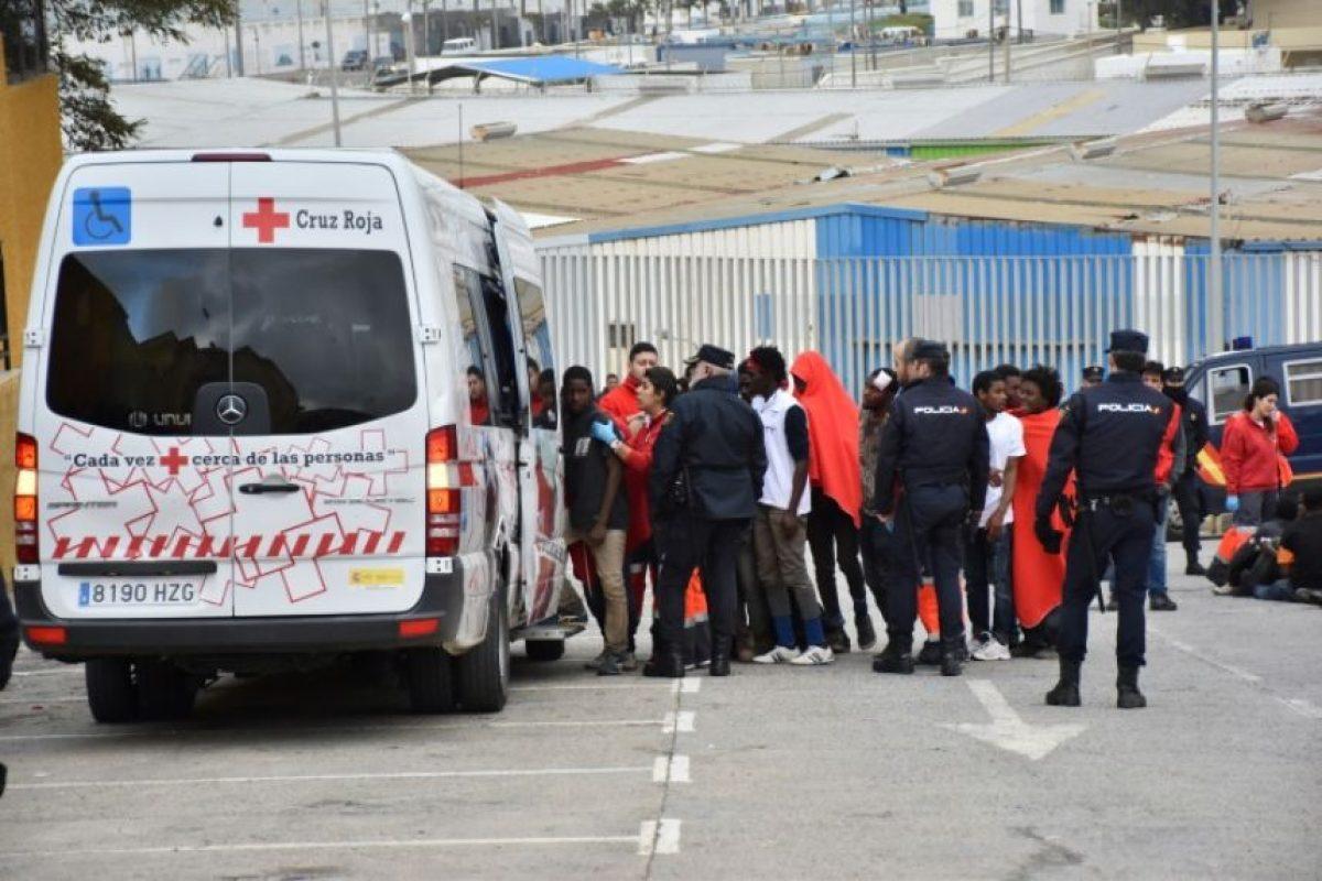 Varios inmigrantes hacen cola para entrar en un autobús de la Cruz Roja en El Tarajal, Ceuta (España), tras ser acordonados por la policía momentos después de cruzar la valla fronteriza con Marruecos, el 9 de diciembre de 2016 Foto:Antonio Sempere/afp.com