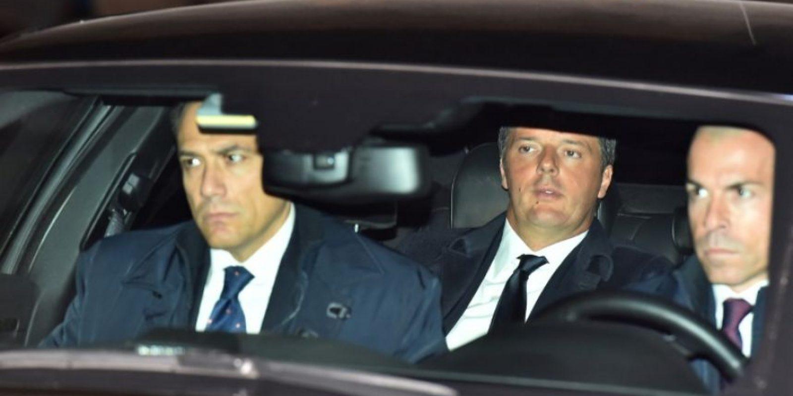 El primer Ministro de Italia Matteo Renzi (C) arriba al Palacio Quirinale el 7 de diciembre de 2016 en Roma Foto:Vincenzo Pinto/afp.com