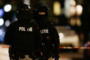 Dos policías impiden el acceso a una calle durante una investigación el 20 de noviembre de 2015 en Rotterdam Foto:BAS CZERWINSKI/afp.com