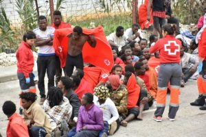 Varios migrantes esperan a ser atendidos por el personal de la Cruz Roja en El Tarajal, Ceuta (España), antes de ser conducidos al Centro de Estancia Temporal (CETI), tras conseguir cruzar la valla fronteriza con Marruecos, el 9 de diciembre de 2016 Foto:Antonio Sempere/afp.com