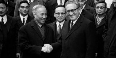 El secretario de Estado estadounidense, Henry Kissinger, y en el jefe del partido comunista de Vietnam del Norte, Le Duc Tho, se dan la mano después de las conversaciones que dieron lugar a un alto el fuego en Vietnam, el 23 de enero de 1973 en París Foto:AFP Files/afp.com