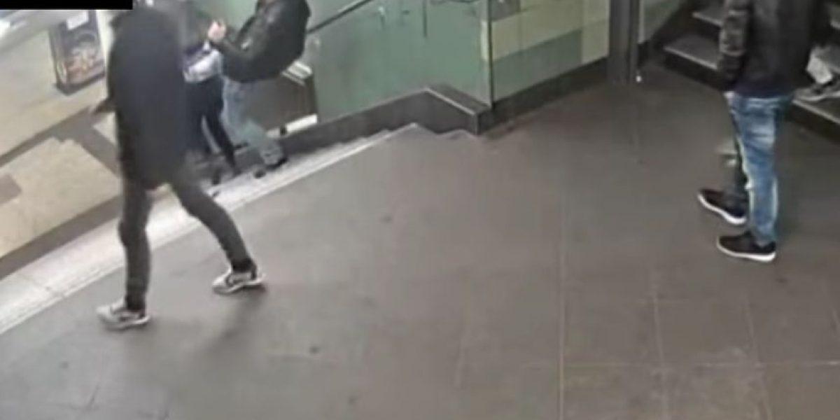 ¡Indignante! Sujeto patea por la espalda a mujer y la lanza de escaleras