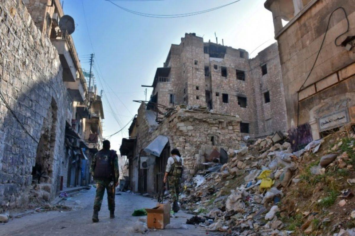 Combatientes de las fuerzas progubernamentales sirias caminan entre los escombros de un barrio de Alepo, el 9 de diciembre de 2016 Foto:George Ourfalian/afp.com