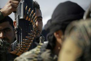 Combatientes de la alianza kurdo-árabe, de las Fuerzas Democráticas Sirias, listos para asaltar el bastión yihadista de Raqa a las afueras de la localidad donde sigue fuerte el grupo Estado Islámico (EI), el 10 de diciembre de 2016 Foto:Delil Souleiman/afp.com