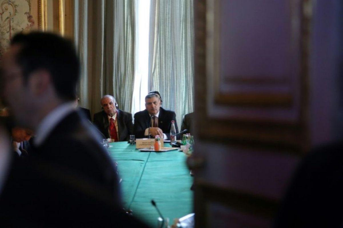 El negociador en jefe de la oposición siria, Riad Hiyab (centro), en la reunión sobre la situación en su país celebrada en París este 10 de diciembre de 2016 Foto:Thibault Camus/afp.com