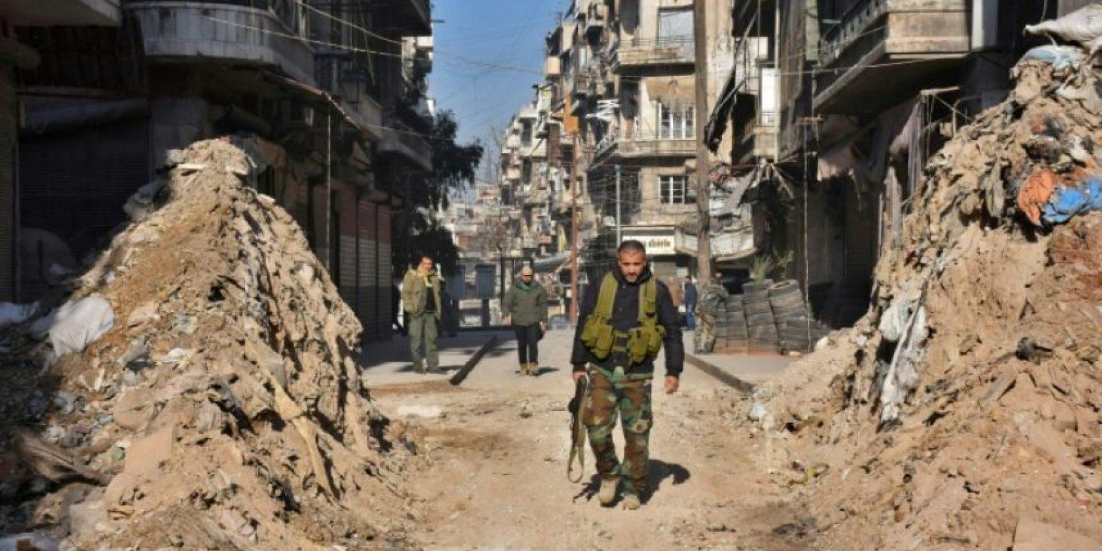Fuerzas sirias progubernamentales caminan a través de una barricada en Alepo el 9 de diciembre de 2016 Foto:George Ourfalian/afp.com