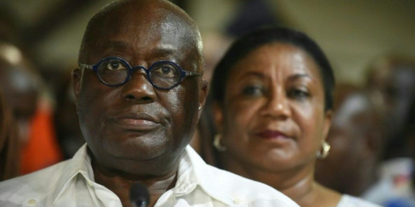 El presidente electo de Ghana, líder del opositor Nuevo Partido Patriótico, Nana Akufo-Addo, junto a su esposa, Rebecca, tras ser declarado ganador en la primera vuelta electoral del país, en Accra el 9 de diciembre de 2016 Foto:Pius Utomi Ekpei/afp.com
