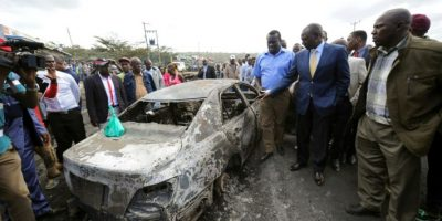 El vicepresidente de Kenia, William Ruto (segundo por la derecha), visita el lugar del accidente de un camión cisterna contra unos vehículos en Naivasha, al oeste de Nairobi, en un suceso que dejó más de 30 muertos, el 11 de diciembre de 2016 Foto:John Muchucha/afp.com