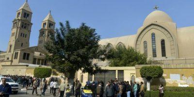 Fuerzas de seguridad egipcias y curiosos junto a la iglesia de San Pedro y San Pablo de El Cairo, ortodoxa y al lado de la iglesia copta de San Marcos, objetivo ambas de una explosión que dejó 25 muertos, el 11 de diciembre de 2016 Foto:Jaled Desuki/afp.com