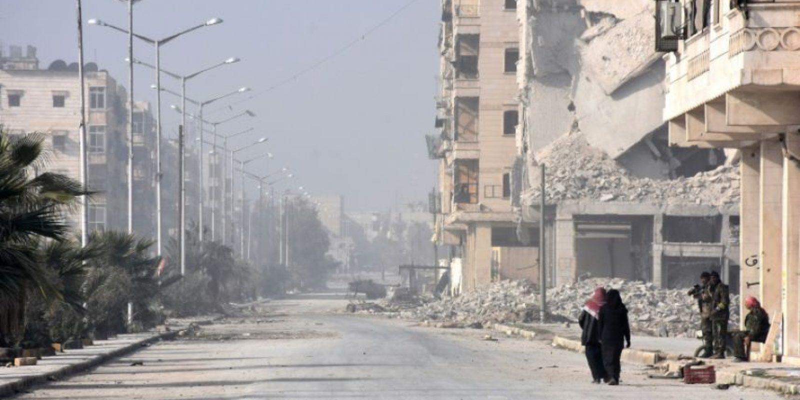 Civiles sirios se acercan a un puesto de control de las fuerzas progubernamentales tras salir de la zona de Alepo controlada por los rebeldes, en el este de la ciudad, el 10 de diciembre de 2016 Foto:George Ourfalian/afp.com