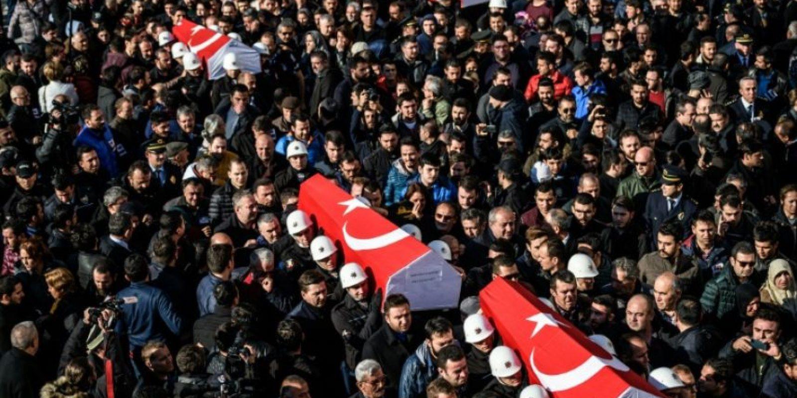 Policías turcos con los féretros de sus compañeros muertos en el doble atentado en Estambul del 10 de diciembre, al día siguiente en la ceremonia funeral por las víctimas Foto:Ozan Kose/afp.com