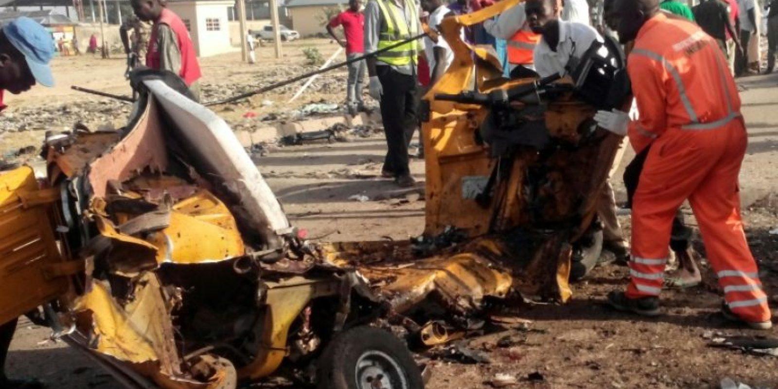 Personal de los servicios de emergencia nigerianos retiran restos de un vehículo destrozado por una explosión el 29 de octubre de 2016 en Maiduguri, Nigeria, en un atentado suicida Foto:Joshoua Omirin/afp.com
