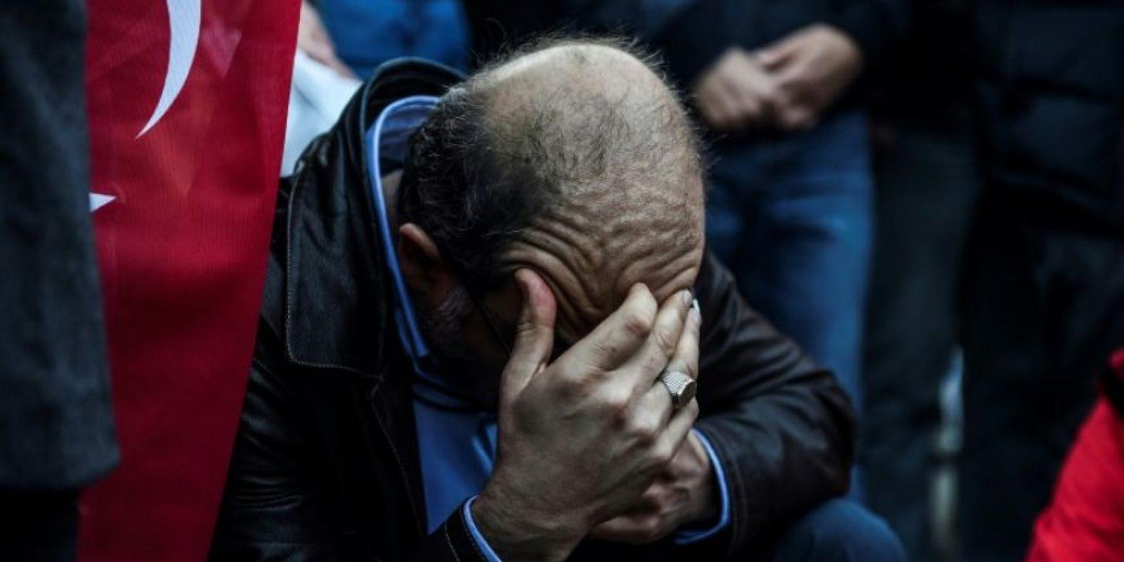 Un hombre en el estadio Vodafone Arena de Estambul, hogar del Besiktas, donde se celebró un homenaje el 11 de diciembre de 2016 a las víctimas del doble atentado cometido la víspera, uno de cuyos ataques se produjo cerca del campo de fútbol Foto:Bulent Kilic/afp.com