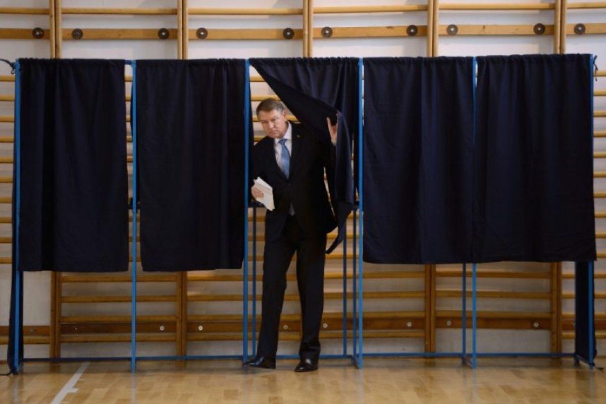 El presidente de Rumanía, el centro-derechista Klaus Iohannis, sale de la cabina de votación este 11 de diciembre de 2016 en Bucarest, jornada electoral en el país, que podría llevar al poder de nuevo a los socialdemócratas Foto:Daniel Mihailescu/afp.com