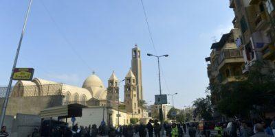 Las fuerzas de seguridad egipcias y los curiosos se agolpan ante la iglesia copta ortodoxa (centro) objetivo de un atentado este 11 de diciembre de 2016, en El Cairo, donde al menos hay 25 muertos por la explosión Foto:Jaled Desuki/afp.com