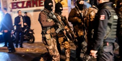 Agentes especiales de la policía turca patrullan las calles de Estambul tras el atentado cerca del estadio del club de fútbol Besiktas, el 10 de diciembre de 2016 Foto:Yasin Akgul/afp.com