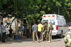 Los servicios de emergencia y los soldados se reúnen en el lugar de un atentado con bomba suicida en un mercado de Maiduguri, después de que dos niñas se hicieron estallar, el 11 de diciembre de 2016 Foto:STR/afp.com