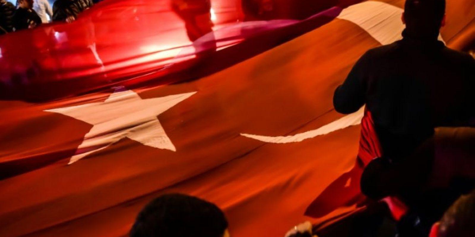 Manifestantes con una bandera turca el 11 de diciembre de 2016 en Estambul, en una protesta por los atentados del día anterior en la ciudad turca, que dejaron 38 muertos Foto:Yasin Akgul/afp.com
