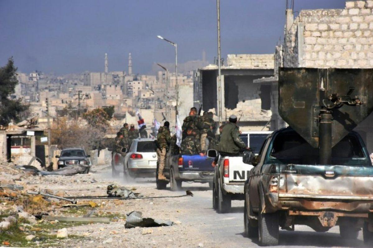 Fuerzas gubernamentales sirias patrullan por una calle del reconquistado barrio de Sheij Saíd, este lunes 12 de diciembre en Alepo Foto:George Ourfalian/afp.com