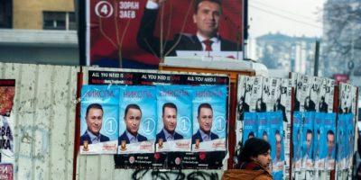 Un hombre pasa frente a carteles electorales con la cara de Nikola Gruevski (abajo), del partido gobernante VMRO-DPMNE, y Zoran Zaev (arriba), del SDSM, el 9 de diciembre de 2016 en Skopje Foto:Robert Atanasovski/afp.com
